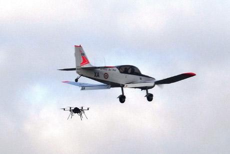 Jodel D-140R de l'Escadron d'Instruction au Vol à Voile de l'Armée de l'air et le drone multi rotor équipé d'un dispositif d'identification LLRTM miniaturisé