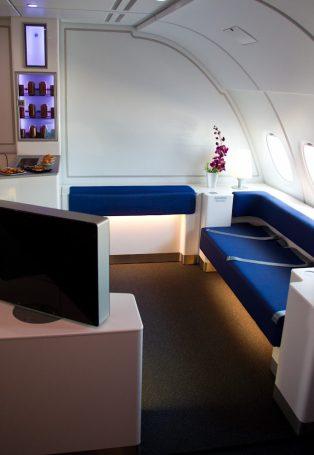 L'espace lounge adossé au bar à bord des A380