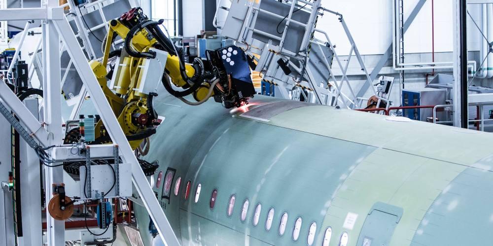 robots 7 axes qui réalisent la jonction des sections avants et arrières du fuselage