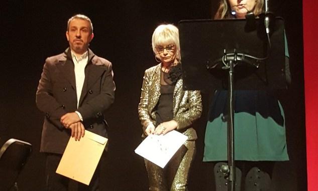 Beatriz Aznar, ganadora del concurso de narrativa de 2016, leyendo su obra en el Teatro Serrano.jpg