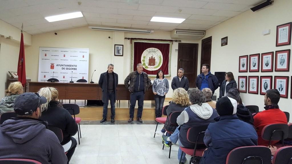 El Alcalde, el Concejal de Urbanismo, personal de la Escuela de Ocupación, y el director territorial de Economía Sostenible reciben al alumnado