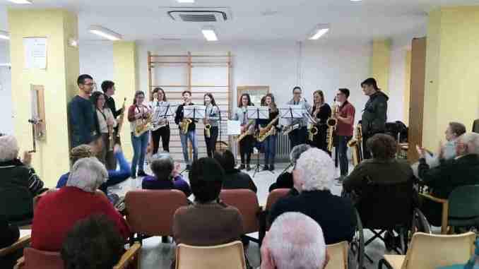 El grupo de saxofones del Conservatorio municipal actúan en la Residencia de la Tercera Edad de Segorbe