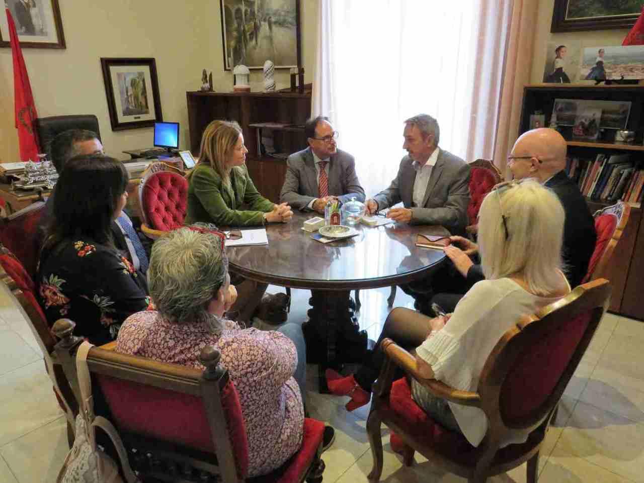 Representantes autonómicos y locales mantienen una reunión en el despacho de Alcaldía