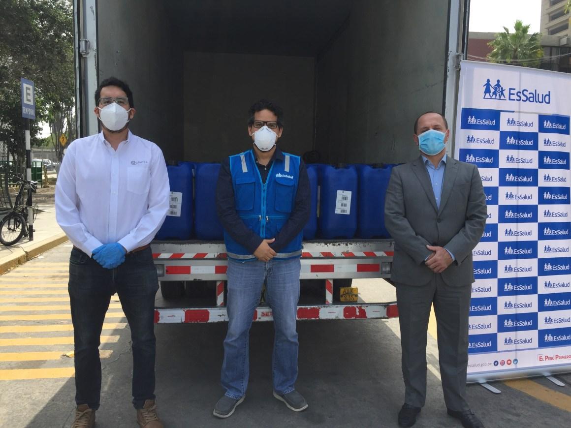 Sebastian Gómez, coordinador de marketing en Quimtia, Representante de ESSALUD y Hansel Bieberach, gerente comercial de salud humana en Quimtia