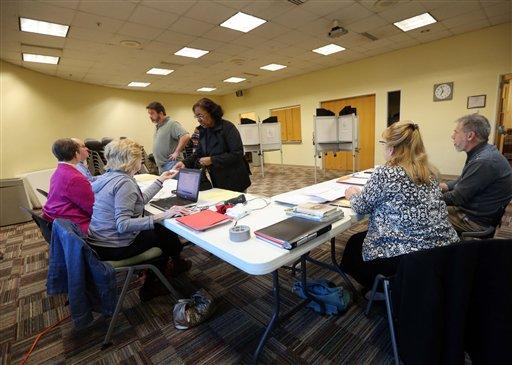 Unas personas llegan a votar a la biblioteca Greenbrier en Chesapeake, Virginia el martes 1 de marzo de 2016. Este martes hay elecciones primarias en más de una decena de estados, una jornada electoral conocida como Supermartes y que ayudará a definir aún más la carrera presidencial en EEUU. (Steve Earley/The Virginian-Pilot via AP)