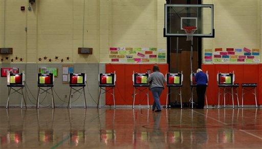 Electores participan en las votaciones primarias del Supermartes en la escuela Churchland en Portsmouth, Virginia el martes 1 de marzo de 2016. Este martes hay elecciones primarias en más de una decena de estados, una jornada electoral conocida como Supermartes y que ayudará a definir aún más la carrera presidencial en EEUU. (Stephen M. Katz/The Virginian-Pilot via AP)