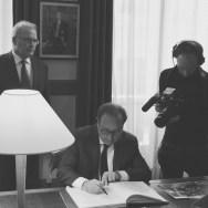 À gauche et au centre : M. Jacques Godfrain, Président de la Fondation ; M. François Hollande, Président de la République. © Crédit photo : Fondation Charles de Gaulle