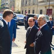 De gauche à droite : M. Marc Fosseux, Secrétaire Général de la Fondation ; M. François Hollande, Président de la République ; M. Jacques Godfrain, Président de la Fondation. © Crédit photo : Fondation Charles de Gaulle
