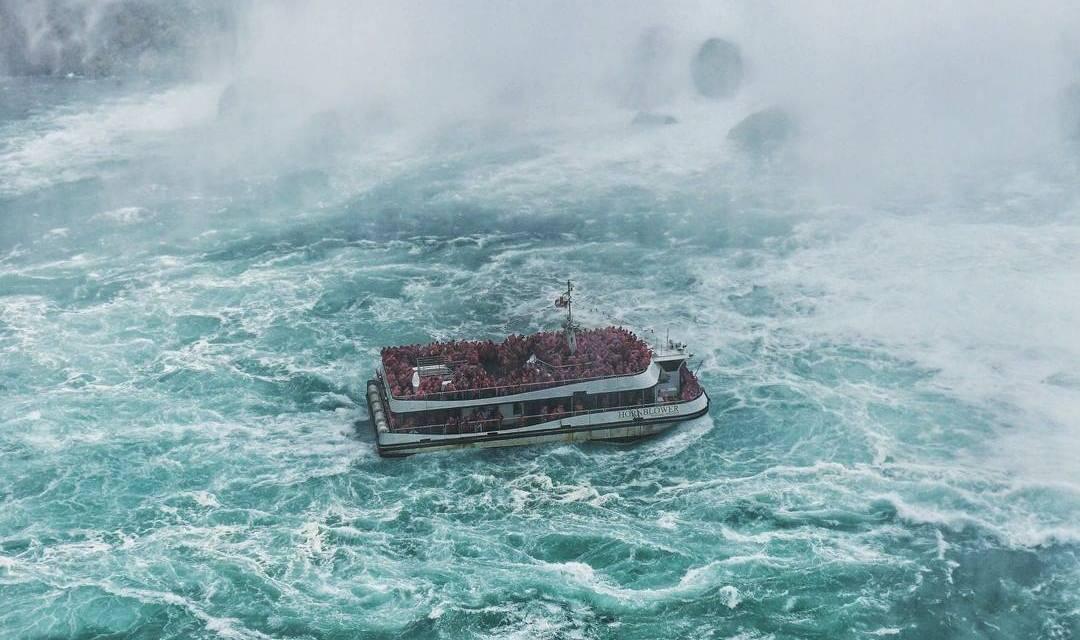 Bateau flottant dans les eaux des chutes du Niagara