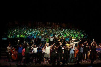 La energía vital de María Guinand, directora de coros
