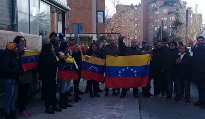 Protesta ante el consulado en Madrid en contra del ilegítimo Maduro