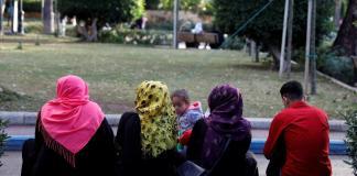 Des iraniennes enlèvent le foulard islamique