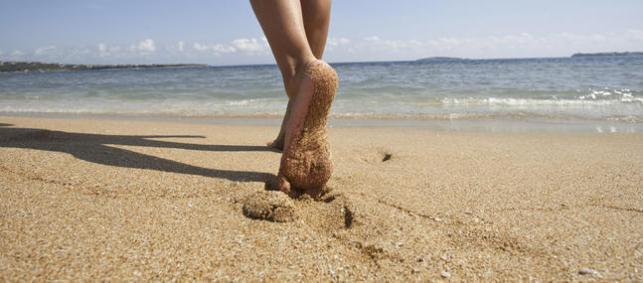 Sur-le-sable-ou-dans-l-eau-marchez-pieds-nus_imagePanoramique647_286