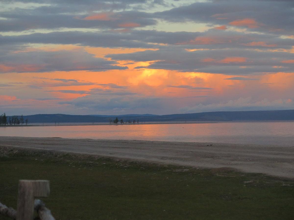 Chuwsgulsee mit leuchtendem Sonnenuntergang