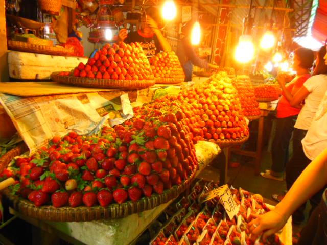 フィリピン北部の市場にあるイチゴ畑