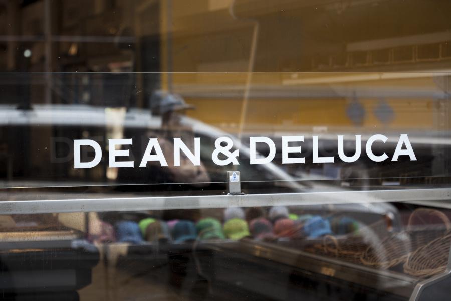 ガラスに描かれたDEAN & DELUCAの文字