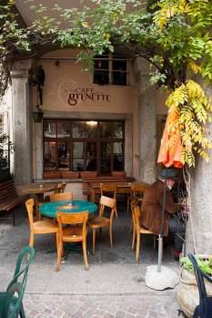 Im Café de la Grenette wird auf simplen Holzstühlen getrunken, geraucht und philosophiert.