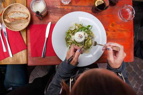 Die Pasta mit frischem Ziegenkäse in der Brasserie du Grand-Pont schmeckt nicht nur Stefanie Heinzmann.