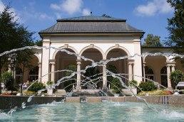 Steter Tropfen: Wasserspiel vor der Säulenwandelhalle im Kurpark von Bad Steben.