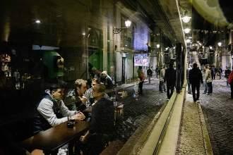 Open End: Im irischen Corner Pub ist der Platz am Fenster besonders begehrt, denn hier lassen sich die Nachtschwärmer in der Rua do Norte beobachten