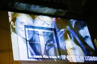 Prominenter Schnappschuss: An der Erasmus Corner werden Partyfotos auf die Hauswände projiziert