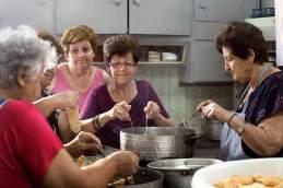 Frauenpower: In der Küche des Restaurants O Simos in Kamares bereitet die Mutter, der Braut, Sofia (Mitte), mit einigen Herlferinnen süße Diples zu.