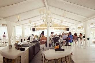 Auch das Pinky Beach Restaurant ist weiß gehalten.