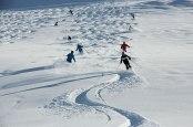 Schlingerkurs: Eine Skigruppe bearbeitet den frischen Tiefschnee am Rüfikopf.