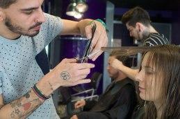 Schnittstelle: Friseur Benoît stylt die Haare unserer Autorin. Er belässt sie klassisch lang, Pony und Farbe sind out.