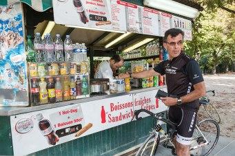 Schnellimbiss: Für einen Tour-de-France-Profi wie Monsieur Gallopin finden Verpflegungspausen auf dem Rad statt.