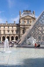 Glasklar: Der Brunnen an der Pyramide über dem Louvre-Eingang könnte Radler dazu verführen, ihre heiß gelaufenen Waden zu kühlen.