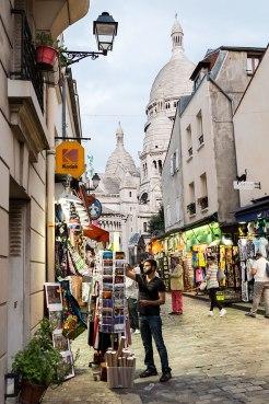 Postkartenidyll: Boutiquen am Montmartre, im Hintergrund die Sacré-Coeur.