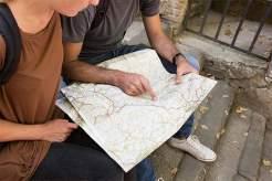 Kartenspiel: Ein Einheimischer hilft bei der Suche nach dem richtigen Weg zum Geburtsort der Vespa.