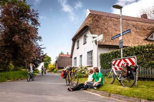 Randerscheinungen: Bei einer Rast in Nordenham begegnen Autor Schmidt weitere Radfahrer.