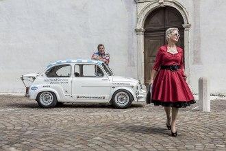 Rock'n'Roll: Das Ehepaar Michael und Jutta Kipp mit seinem Fiat 600 D, Baujahr 1963, vor der Pfarrkirche San Giorgio in Mezzano.