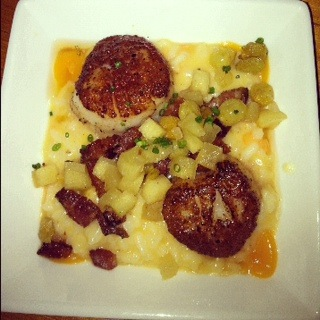 Scallops with mushrooms, apple chutney and risotto