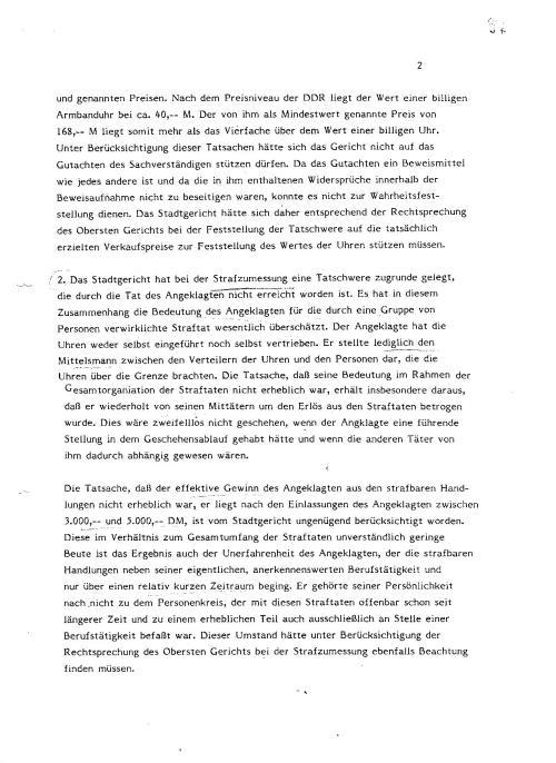 2. Das Stadtgericht hat bei der Strafumsetzung eine Tatschwere zugrunde gelegt, die durch die Tat des Angeklagten nicht erreicht wurde. Er hat in diesem Zusammenhang die Bedeutung des Angeklagten für die durch eine Gruppe von Personen verwirklichte Straftat wesentlich überschätzt. Der Angeklagte hat die Uhren weder selbst eingeführt noch selbst vertrieben.