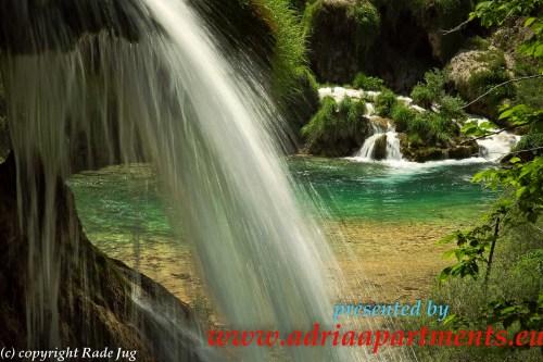 Über den letzten Wasserfall der MATICA sieht man das Bach Plitvica die zusammen den Fluss KORANA auf den Weg  bringen.