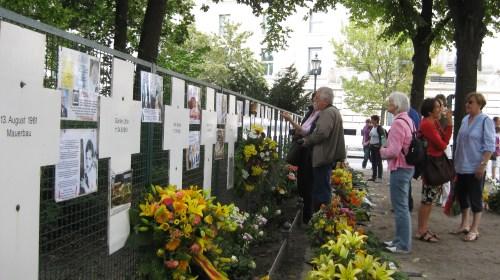 Alle Berlinbesucher die Reichstag sehen wollen müssen an den Mahnkreuzen vorbei