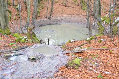 Die Kartsgrube hat keinen Boden...die Fekalien fließen unterirdisch  25 km weit bis zum Fluss Klokot, einem Nebenarm von Una bei Bihac...wie lange noch !??