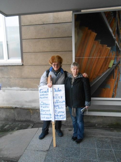 Gegen die Urkundenunterdrückung durch Joachim Gauck und Roland Jahn - Unterdrückung der Beweise und WAHRHEIT über die Folter in der DDR . Kämpferin für Rechte der Heimkinder Conny Kurz begrüßte mich als alten Bekannten.