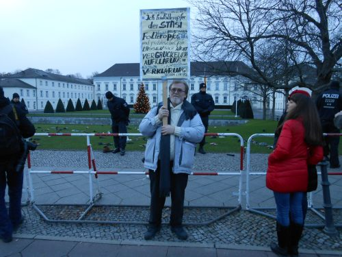 Unpunnished Victim of Torture by the STASI is fighting for Human Rights and against the War in Germany ALONE !??