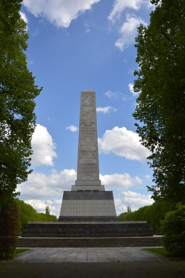 Friedvoll und  im Jahre 2014 saniert ist das Mahnmal für die Helden   der Sowjetarme die im Kamf um Berlin  zu Tausenden ihr Leben hergaben.