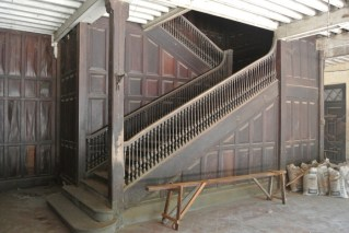 pegu-club-stairs2