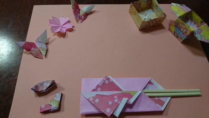 折り紙と画用紙を使ったテーブルコーディネート・ピンク