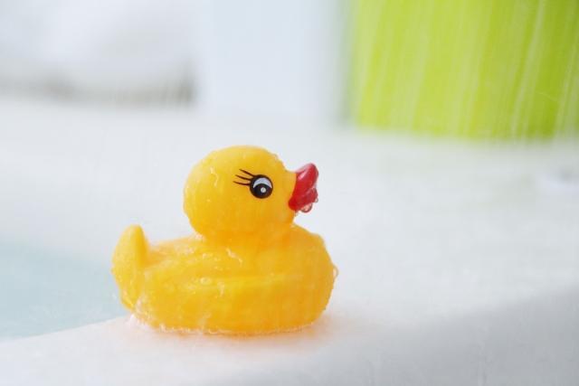 子供の水遊びをお風呂場で!おもちゃの100均おすすめや遊びのアイデアは?
