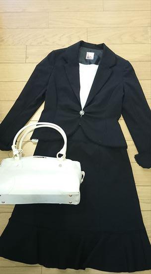 黒スーツに合うバッグの色 白色