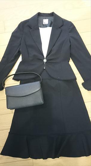 黒スーツに似合うバッグの色 黒