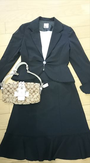 黒スーツに合うバッグの色 ベージュ