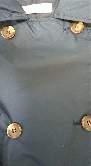 ビーミングbyビームスのトレンチレインコート紺色のボタン部分